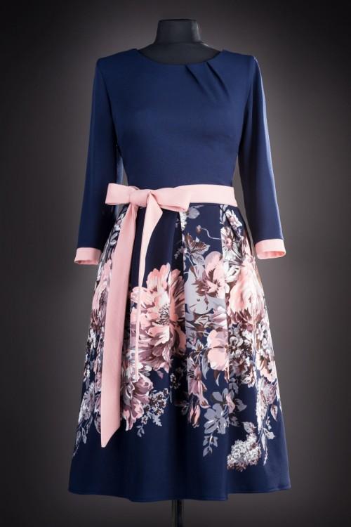 Rochie in clos cu flori roz...